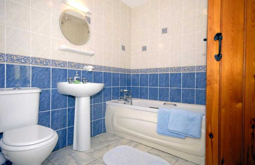 North Pembrokeshire holiday cottage - first floor master en-suite bathroom
