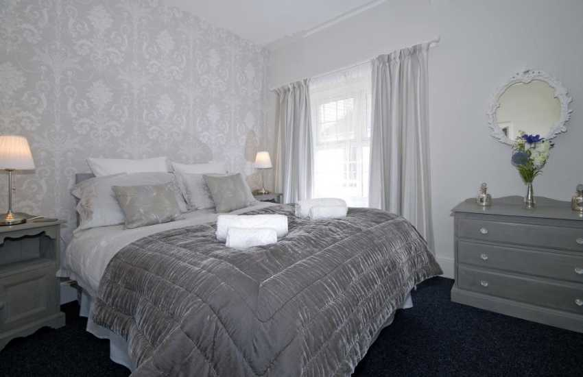 Pembroke town holiday cottage sleeps 2 - king size bedroom