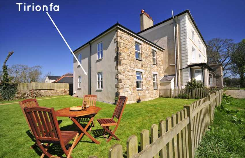 Cottage near Llangefni with Wifi - exterior