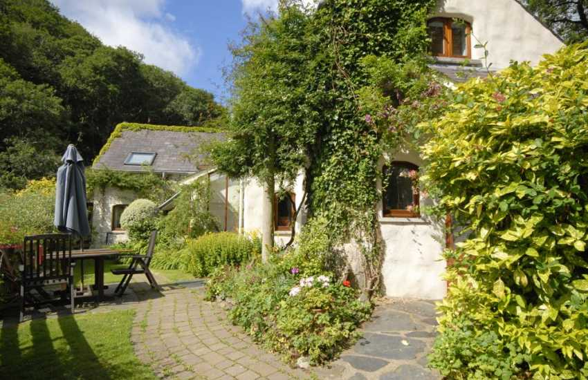 North Pembrokeshire Cwm yr Eglwys hoilday cottage - dogs welcome