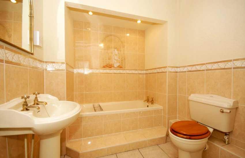 Riverside holiday cottage - ground floor bathroom