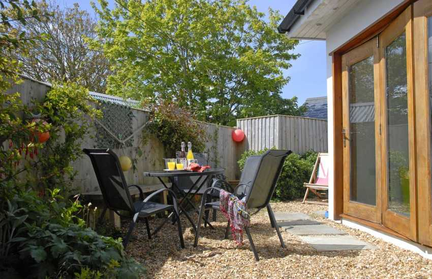 Trefin holiday cottage with enclosed private gravelled garden