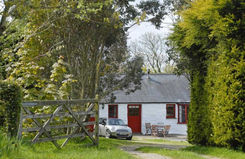 Traditional Pembrokeshire holiday cottage with sea views and private gardens