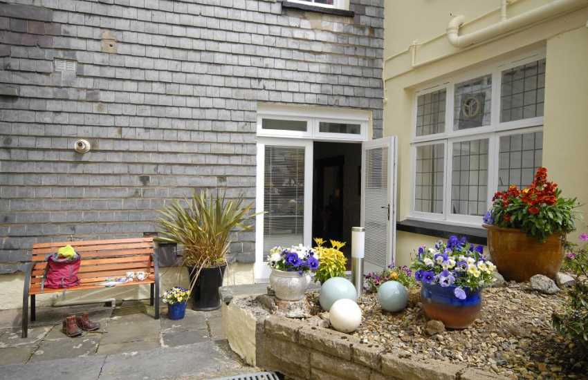 Pembroke town centre holiday apartment with sheltered courtyard garden