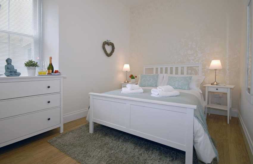 Pembroke town holiday cottage sleeps 2 - double with en-suite shower