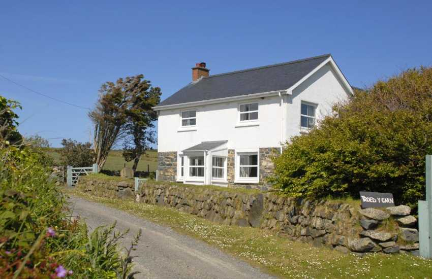 North Pembrokeshire coastal holiday home with gardens - pets welcome