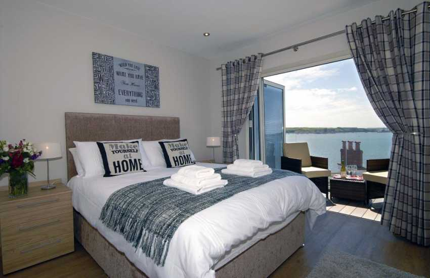 South Pembrokeshire holiday apartment – king size master bedroom with T.V and river views