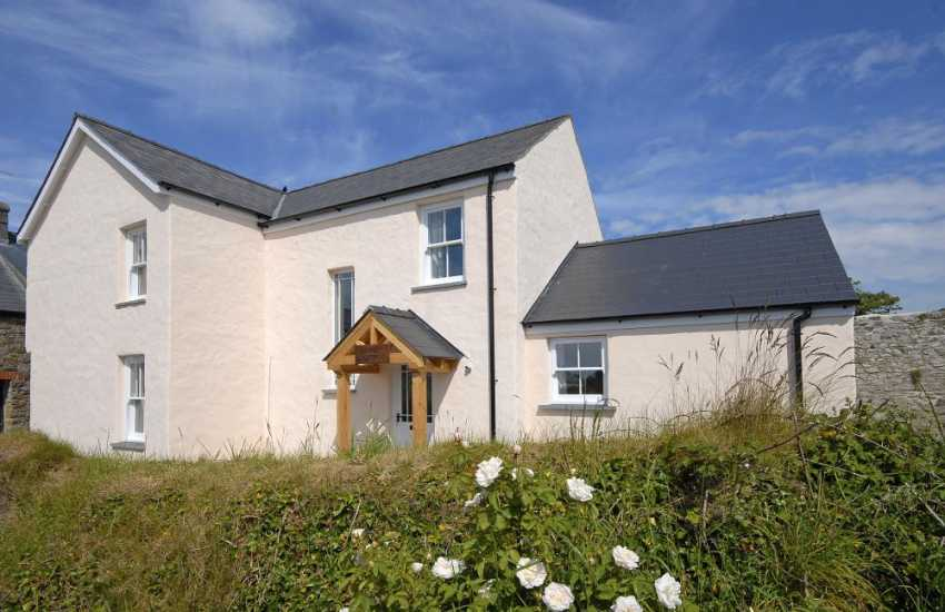 St Davids renovated holiday cottage with gardens and parking - pets welcome