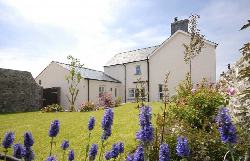 Pembrokeshire family cottage with large gardens - dogs welcome
