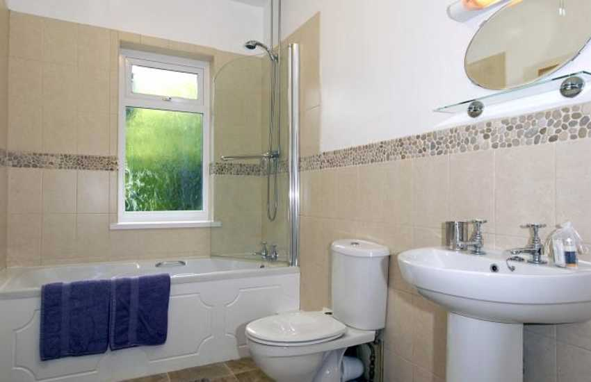 Newport holiday home - family bathroom