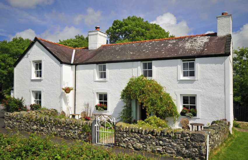 Caernarfon holiday cottage sleeps 12