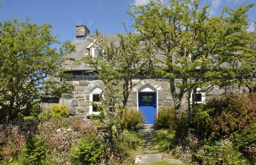 Whitesands Beach holiday cottage with log burning stove and garden - dogs welcome