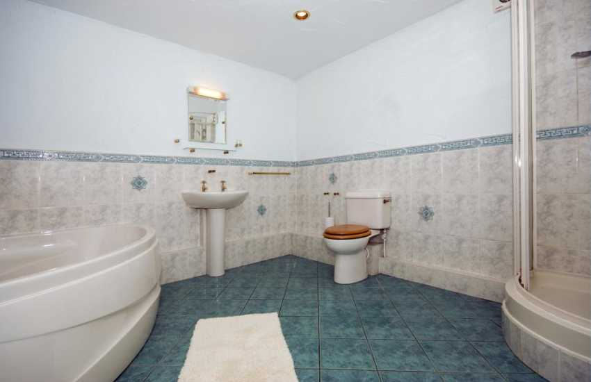 Riverside holiday cottage - ground floor bathroom