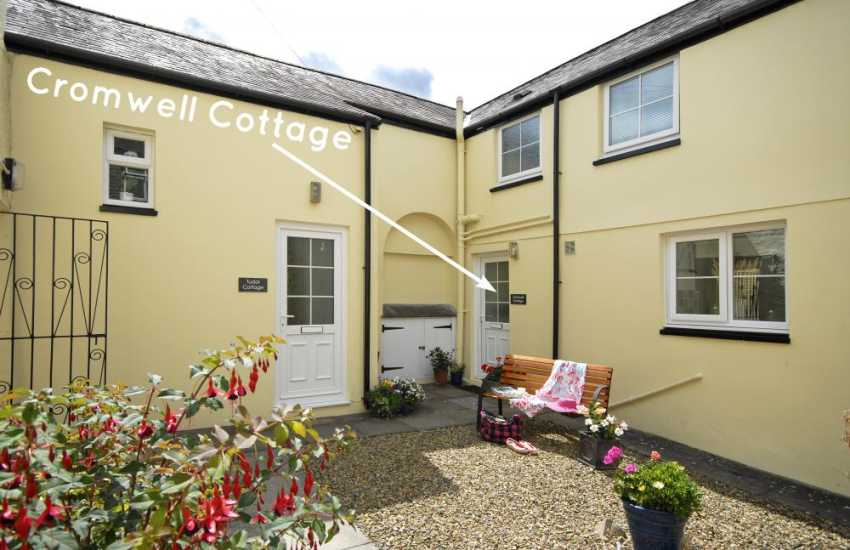 Pembrokeshire holiday cottage with enclosed patio - dog welcome