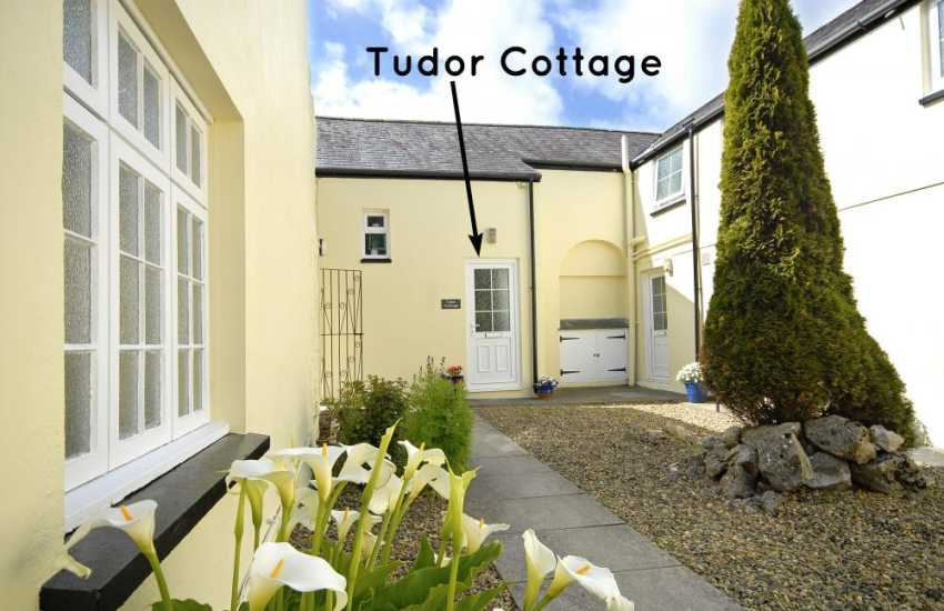 Pembrokeshire holiday cottage with enclosed patio - dogs welcome
