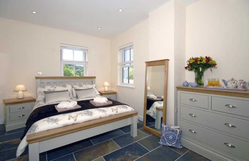 Newport, Pembrokeshire holiday cottage - ground floor master en-suite double