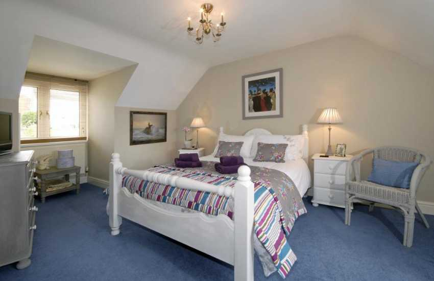 Luxury holiday home Pembrokeshire sleeps 6 -  double with river views