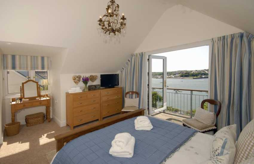 South Pembrokeshire holiday home - King size master en-suite with river views