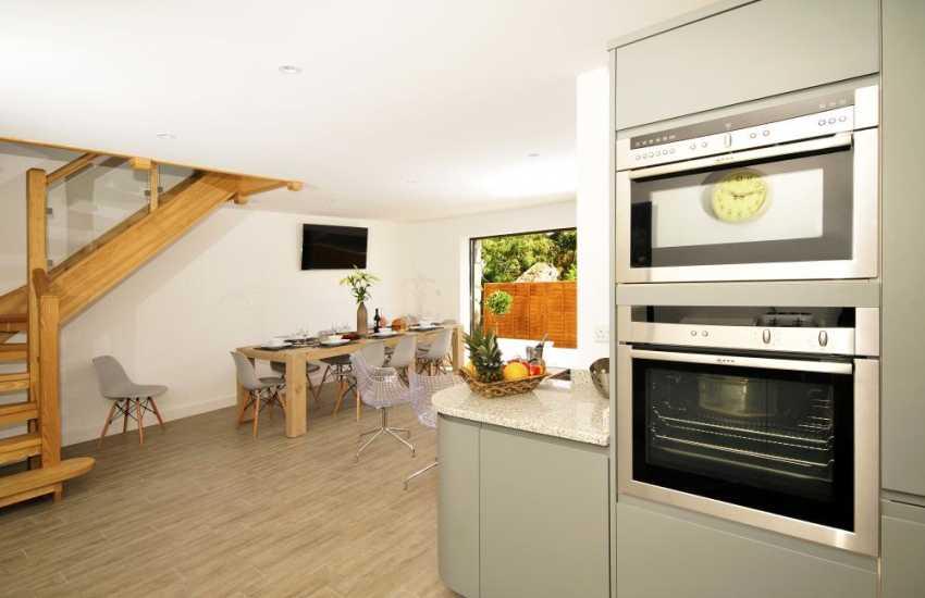 Malltraeth holiday cottages - kitchen