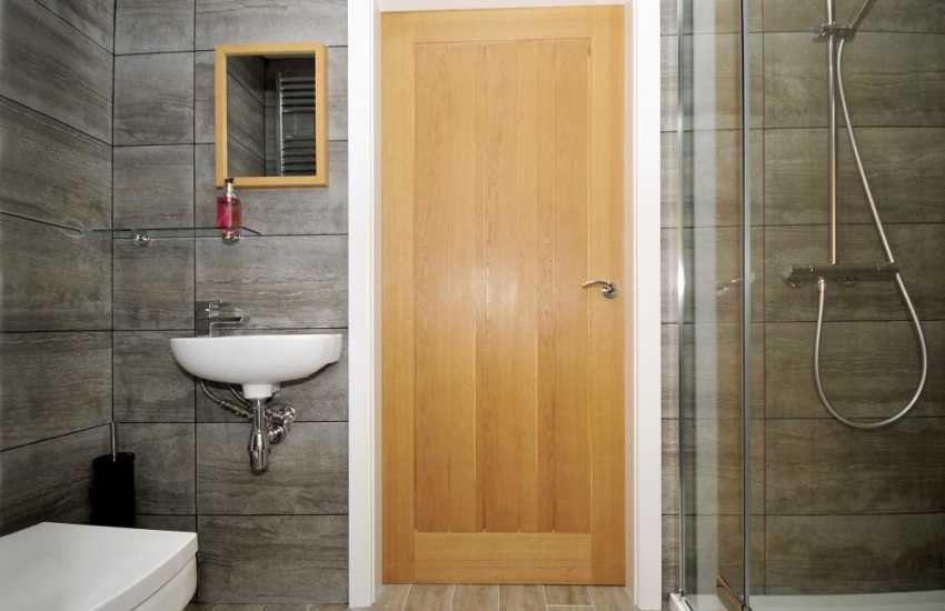 Pet free self catering Anglesey - bathroom