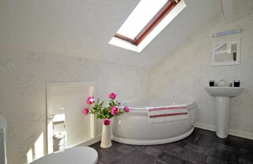 En-suite bathroom in double bedroom on 1st floor