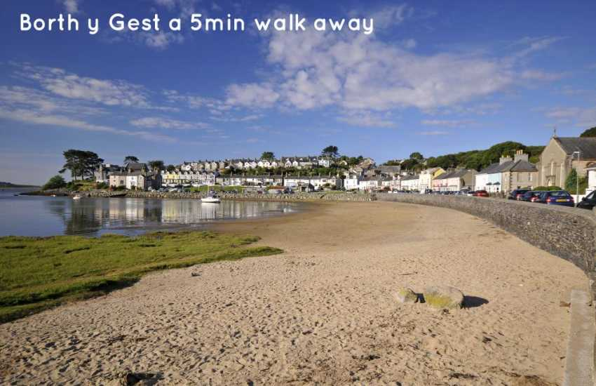 Borth y Gest a 5 min walk away
