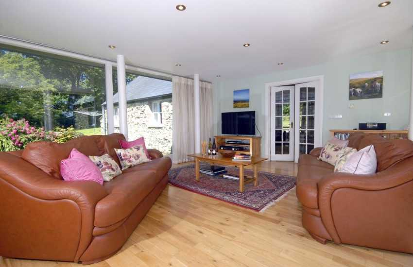 North Pembrokeshire coast Luxury holiday home with comfy leather furniture