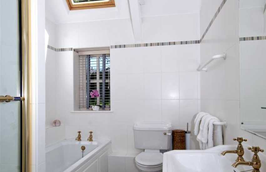 North Pembrokeshire holiday cottage - master en-suite with shower and bath