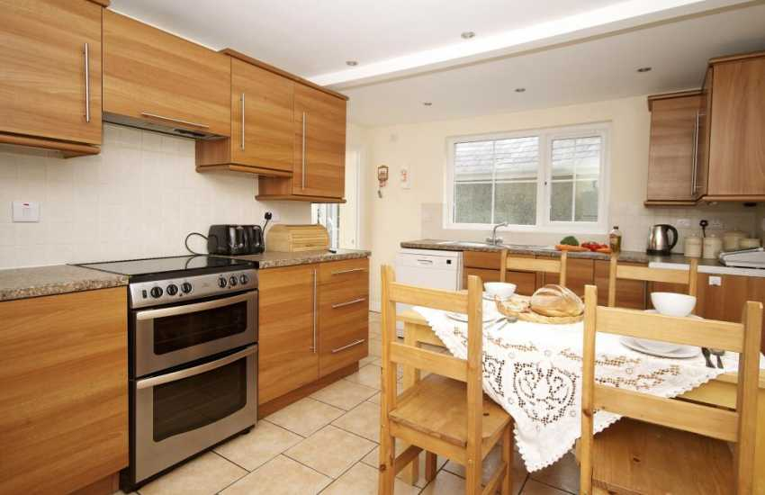 Criccieth holiday cottage sleeps 10 - kitchen