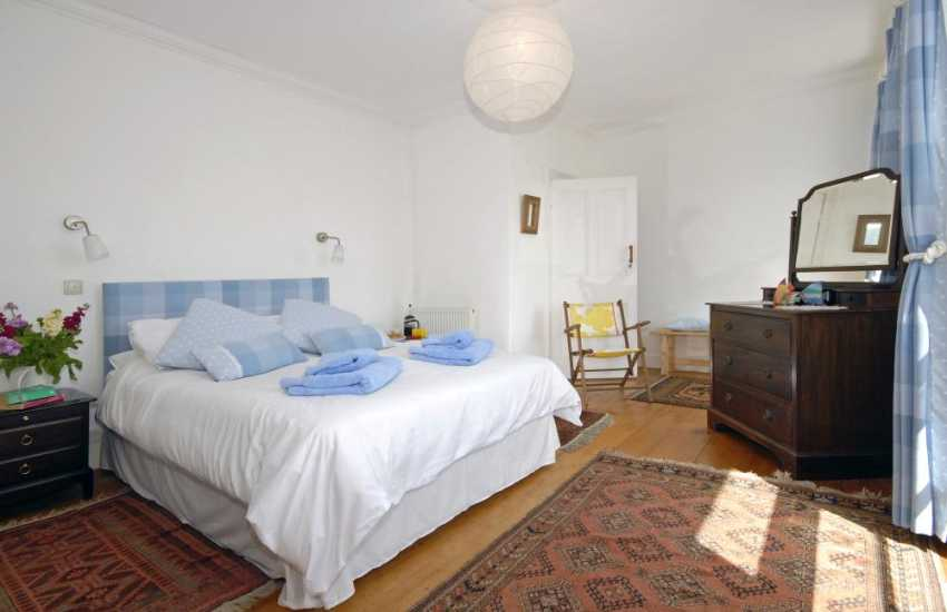 New Quay holiday cottage overlooking the harbour - master bedroom with sea views
