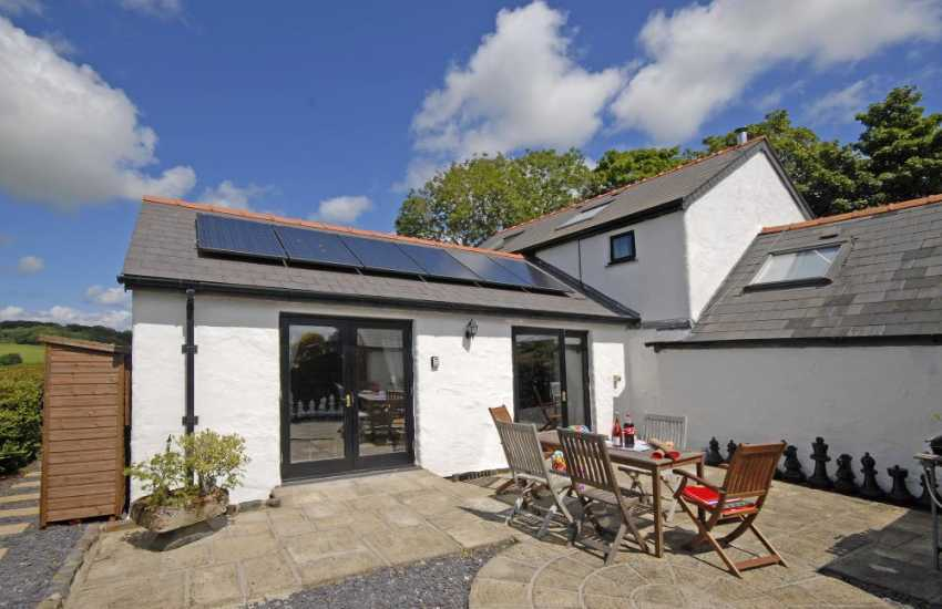 North Pembrokeshire holiday cottage with patio - dogs welcome