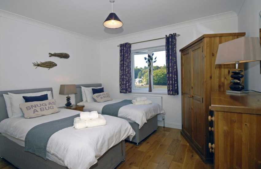 Luxury Pembrokeshire water side home sleeps 6 – en-suite twin bedroom