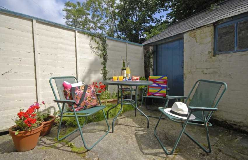 Coastal cottage Newport Pembrokeshire - enclosed private patio