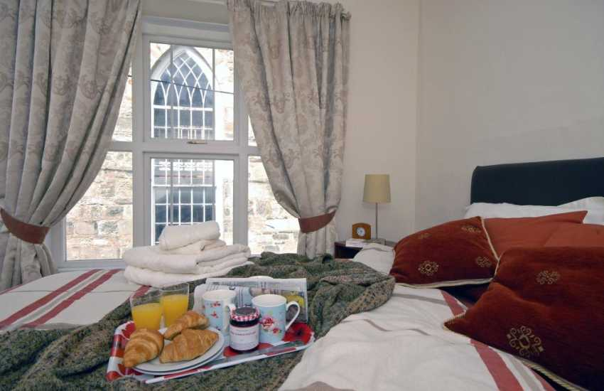 Newport, Pembs holiday cottage - kingsize master bedroom