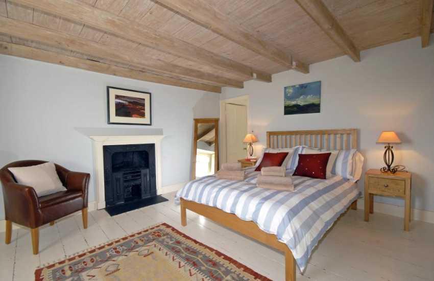 North Pembrokeshire holiday home sleeps 6 - master en-suite bedroom