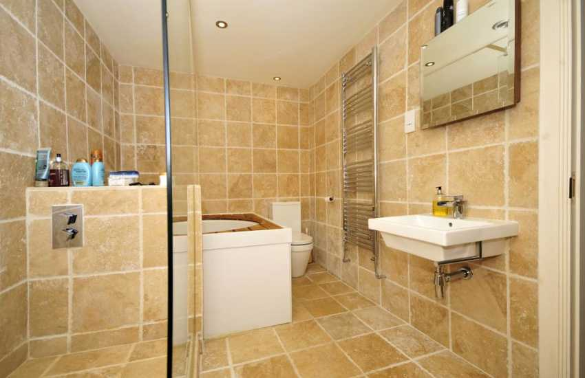 Anglesey holiday house en-suite bathroom