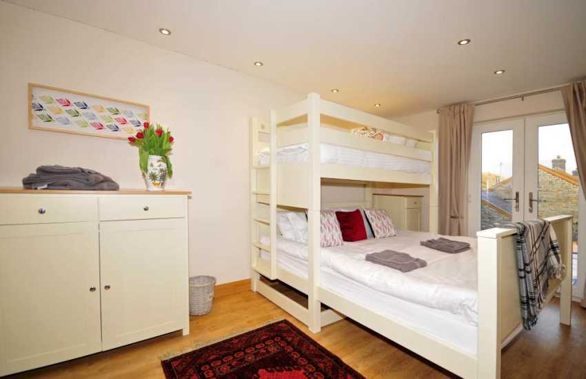 Wheelchair friendly bedroom - bedroom