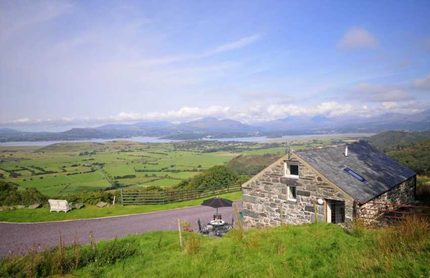 Cottage in Snowdonia with mountain views - ext