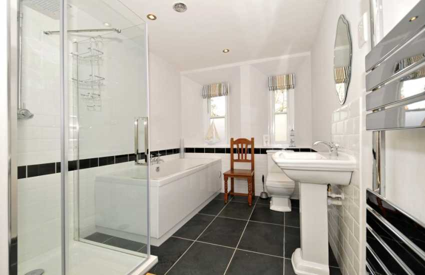 Criccieth holiday house sleeps 13 - bathroom