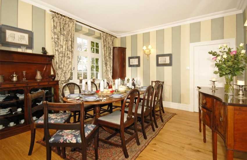 Holiday house near Aberglasney Gardens - dining room
