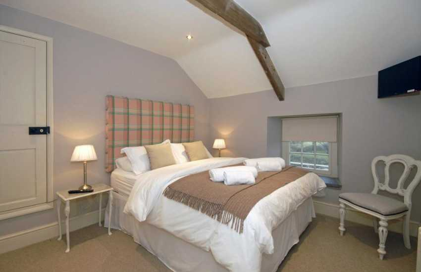 Self-catering Pembrokeshire coastal cottage - kingsize bedroom with t.v and views to St Davids