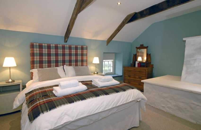 North Pembrokeshire holiday cottage sleeps 6 - master kingsize bedroom with t.v
