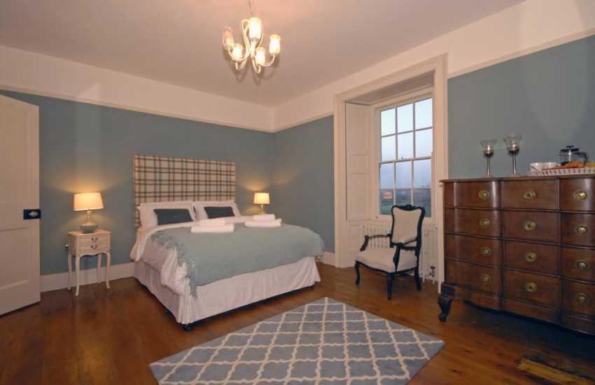 North Pembrokeshire holiday home – king size master en-suite bedroom