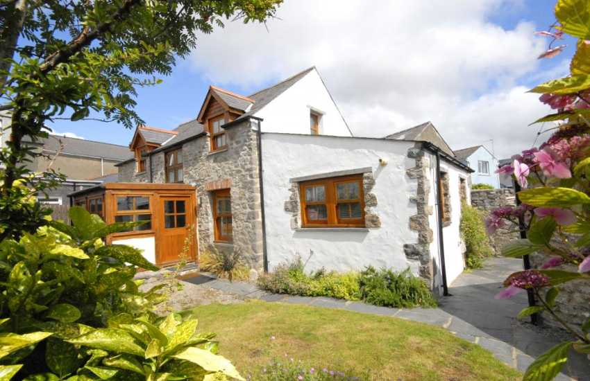 Pembrokeshire holiday cottage with gardens - pets welcome