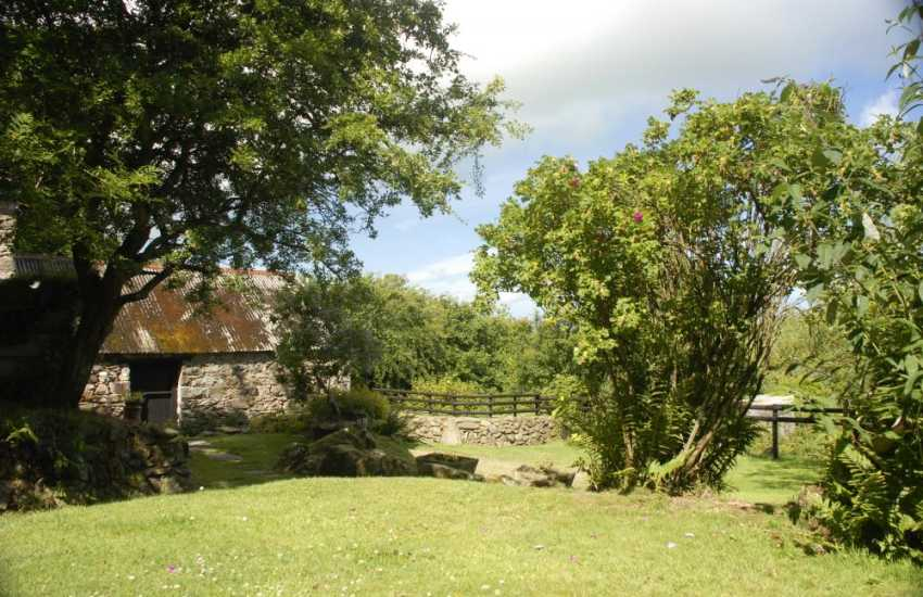 Pembrokeshire coastal cottage with private wild garden - dogs welcome