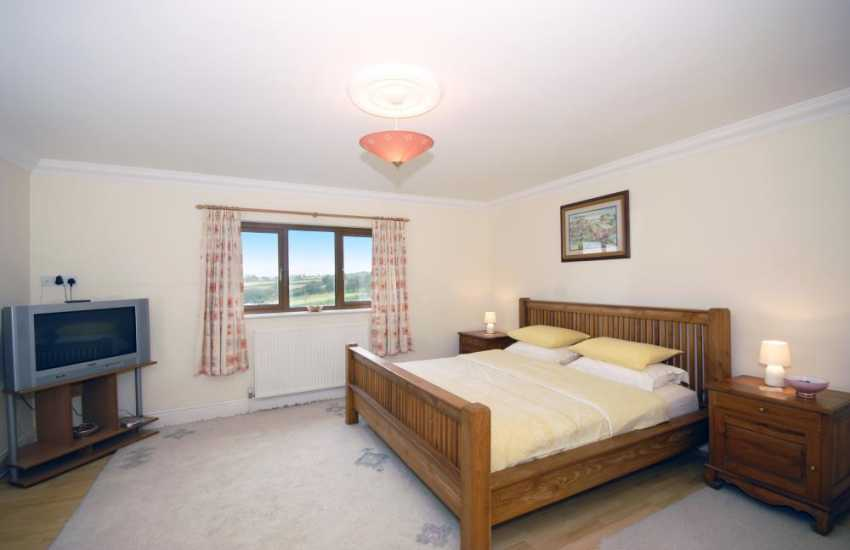 Newcastle Emlyn holiday house - super kingsize master with en-suite, t.v and valley views
