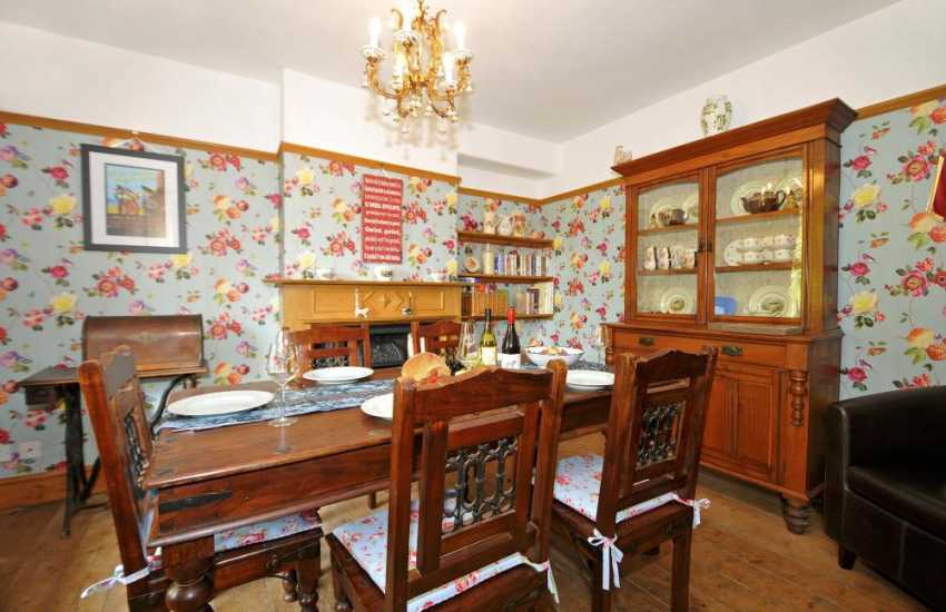 Welsh cottage with hot tub - dining room
