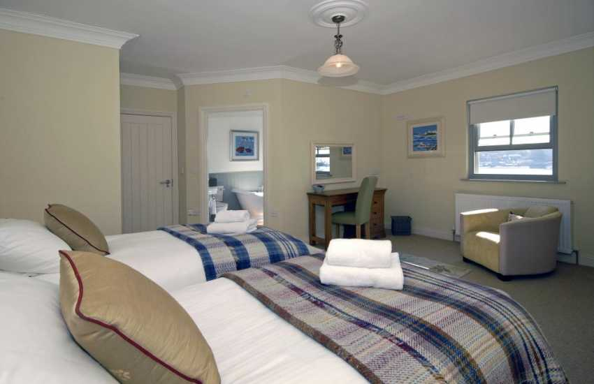 South Pembrokeshire holiday home sleeping 6 - twin room with en-suite bath/shower and river views