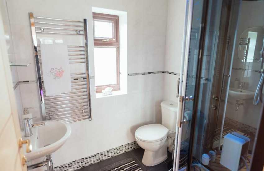 Llandeilo luxury cottage for holidays in Carmarthenshire - shower room