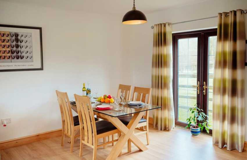 Luxury cottage holiday sleeps 4 near Llandeilo - dining area